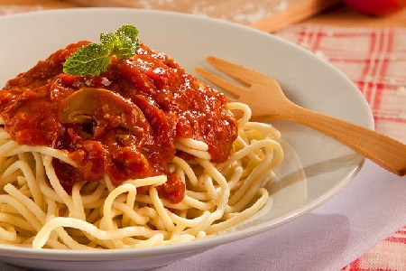 Постни спагети с доматен сос с гъби печурки и сушени домати - снимка на рецептата